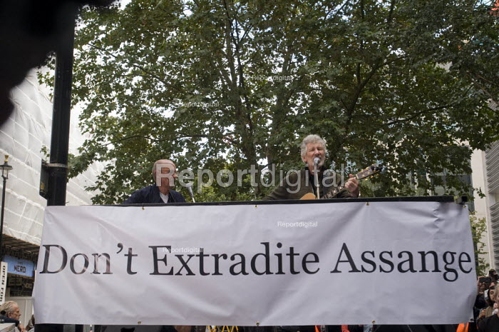 Roger Waters of Pink Floyd (R) and Andy Fairweather Low (L) performing Wish You Were Here outside the Home Office in support of the imprisoned WikiLeaks journalist Julian Assange - Stefano Cagnoni - 2019-09-02