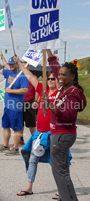 Indiana, USA: UAW workers on strike against GM picketing the Fort Wayne Assembly plant during their strike against General Motors. The main issues in the strike include factory closures, wages and the two-tier pay structure - Jim West - 2019-09-28