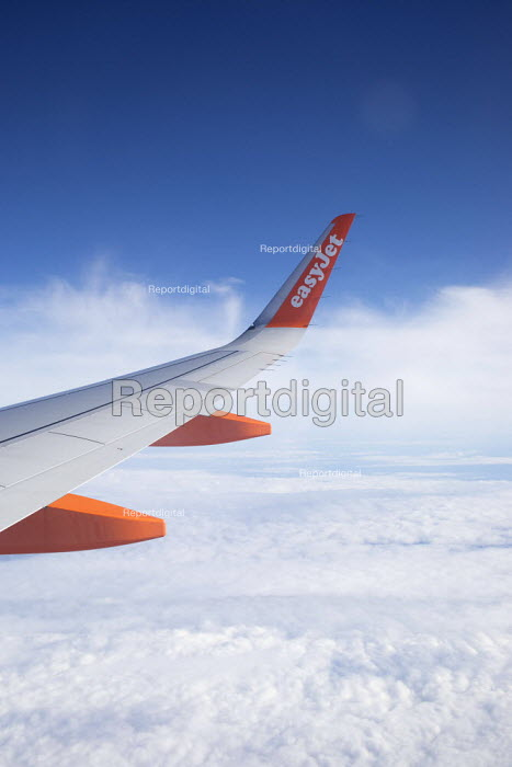 View of a wing from the window of an EasyJet plane over Portugal - Paul Box - 2018-11-06