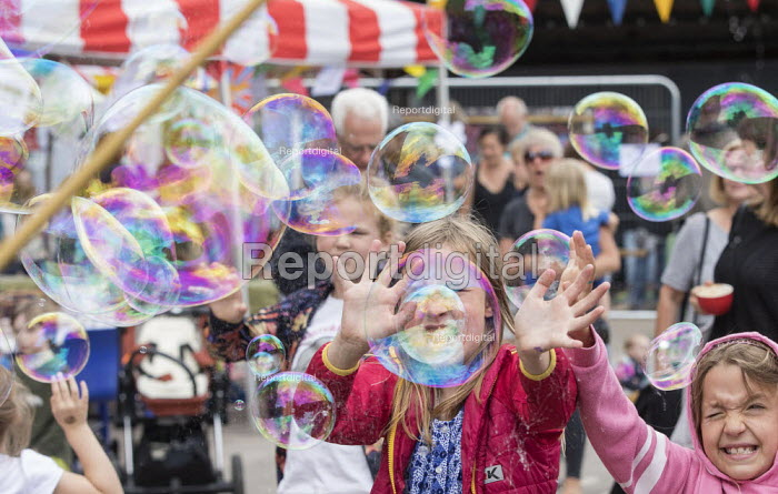 Children catching bubbles, UPFEST 2018, Street Art and Graffiti Festival, Bristol. Redpoint Climbing Centre - Paul Box - 2018-07-30