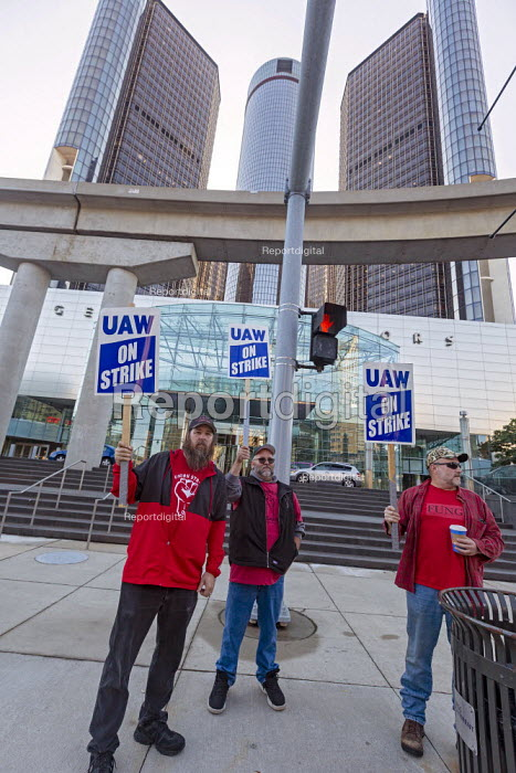 Detroit, Michigan USA: UAW picketing GM headquarters in the fourth week of their strike against GM. The strike's main issues include plant closings, wages, the two tier pay structure, temporary workers, and health care - Jim West - 2019-10-09