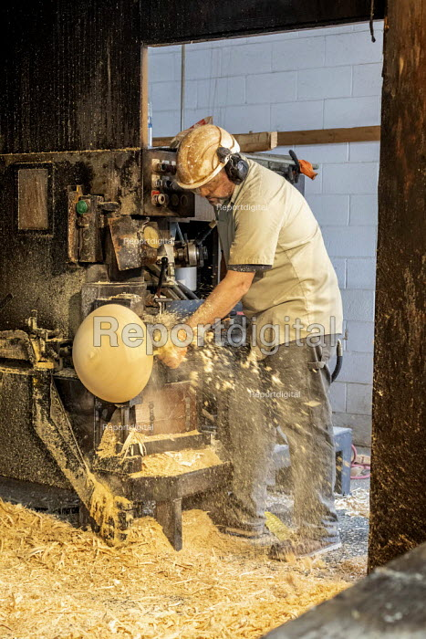 Michigan, USA: Worker shaping log with a laith, The Holland Bowl Mill, which manufactures bowls and other wood products - Jim West - 2019-10-10