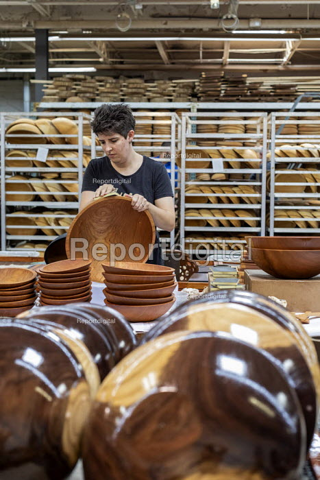 Michigan, USA: worker polishing wooden bowls, The Holland Bowl Mill, which manufactures bowls and other wood products - Jim West - 2019-10-10