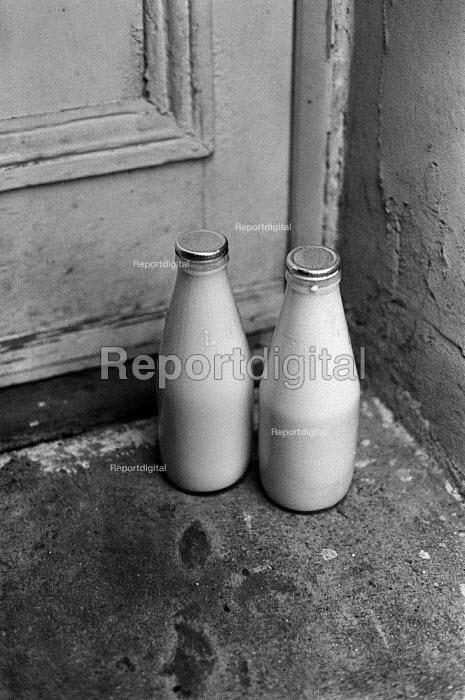 Silver top bottles of milk on a doorstep 1977 London, delivered by milkman - NLA - 1977-01-06