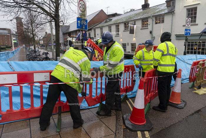 Enviroment Agency fitting barriers to flood defenses, Stratford upon Avon, Warwickshire - John Harris - 2019-11-15