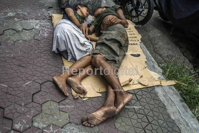 Manila, Philippines: homeless sleeping on cardboard in the street - David Bacon - 2019-09-27