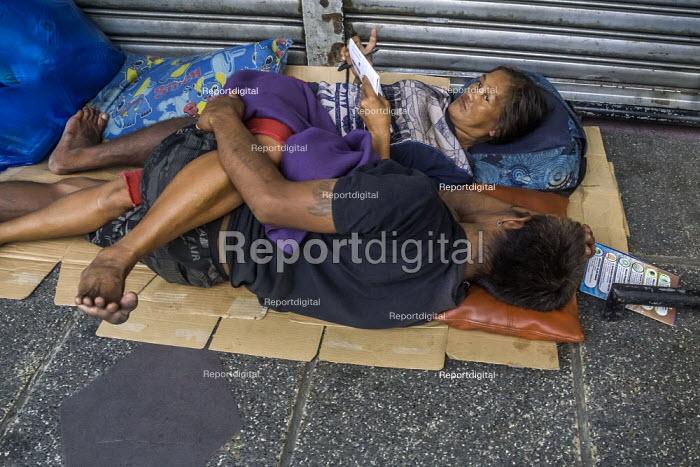 Manila, Philippines: homeless sleeping on cardboard in the street - David Bacon - 2019-09-27