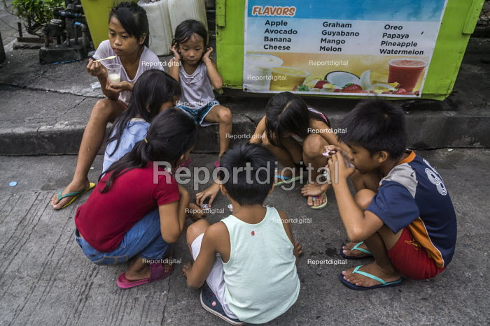 Manila, Philippines: Childen palying a gme in the street - David Bacon - 2019-09-27