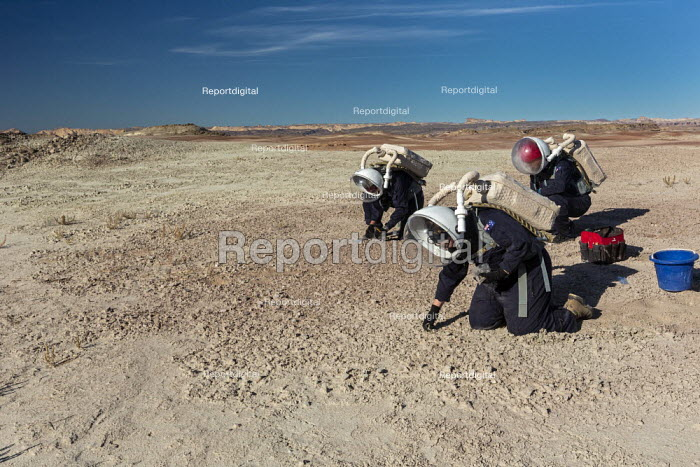 Hanksville, Utah, USA: Mars Desert Research Station. Researchers simulate living on Mars. 'Expedition Boomerang' brought Australian researchers to the station, who donned space suits to explore their surroundings. Crew commander Andrew Wheeler (L) and Dr. Shane Usher taking samples of rocks and soil. - Jim West - 2019-11-13
