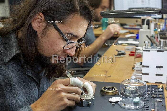 Colorado, USA. Workers making watches by hand, Vortic Watch Company. The company salvages and restores antique pocket watches, making them into expensive wrist watches - Jim West - 2019-11-14