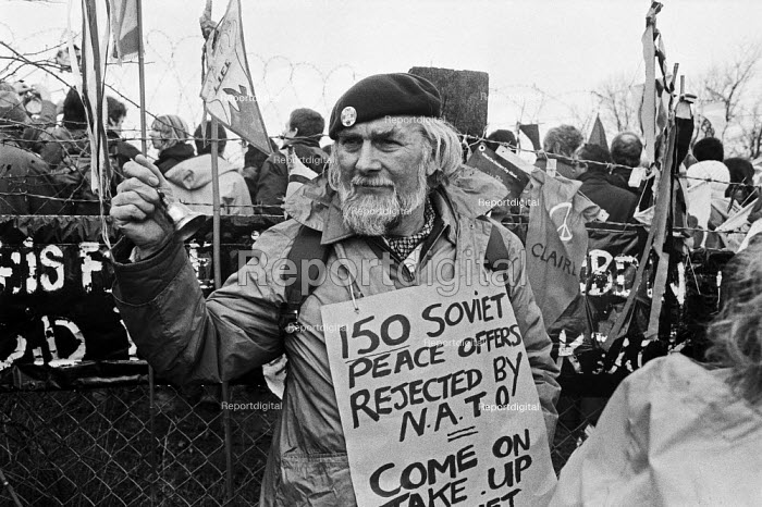 Protester, peace camp, RAF Molesworth, Cambridgeshire, 1985 against the deployment of the USAF mobile nuclear armed Ground Launched Cruise Missiles - NLA - 1985-04-08