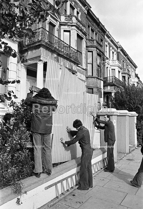 Barricades going up, Elgin Avenue squat, Paddington, North London, 1975 in preparation for an eviction attempt - NLA - 1975-10-12