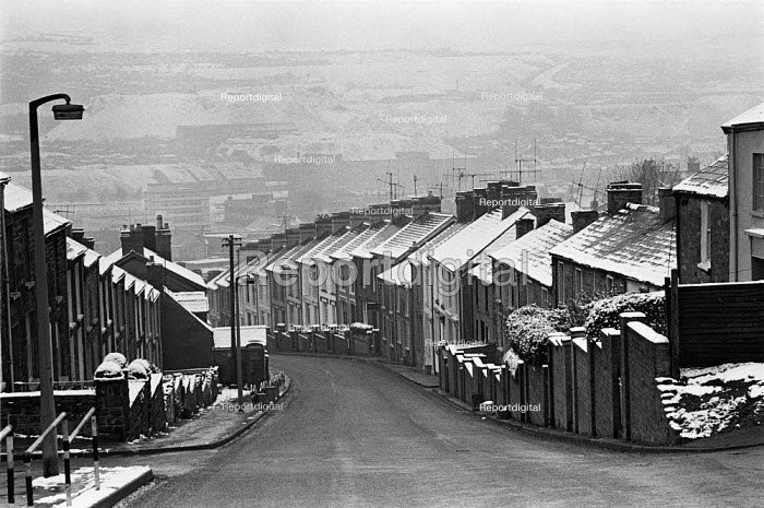 Manchester housing in the snow 1973 - Peter Arkell, PA1908019.jpg