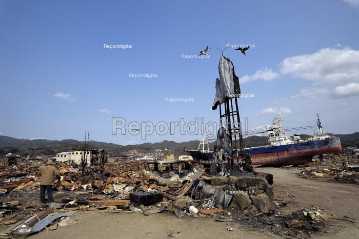 A ship inland. A survivor returning to seach the devastated Kesennuma City, Miyagi prefecture, Earthquake and Tsunami, Japan - Kobayashi Masanori - 2011-04-02