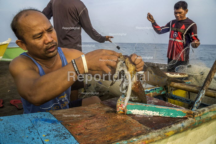 Camiguin, Philippines, Fishermen sorting their catch and mending nets - David Bacon - 2019-09-19