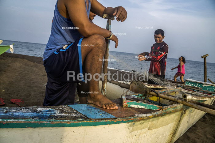 Camiguin, Philippines, Fishermen sorting their catch and... - David Bacon, DNB2001099.jpg