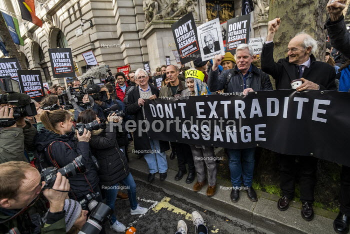 March for Julian Assange against his extradition to America, London. Craig Murray, Yanis Varoufakis, Vivienne Westwood, Kristinn Hrafnsson and John Shipton - Jess Hurd - 2020-02-22