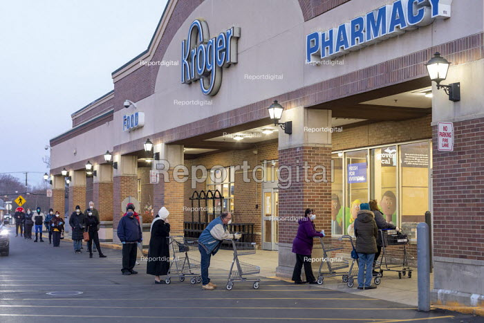 Grosse Pointe Woods, Michigan USA. Elderly, most wearing face masks, queuing for the opening of a Kroger supermarket. Because of the coronavirus pandemic, the first hour after opening is reserved for elderly, pregnant women and health workers - Jim West - 2020-04-06