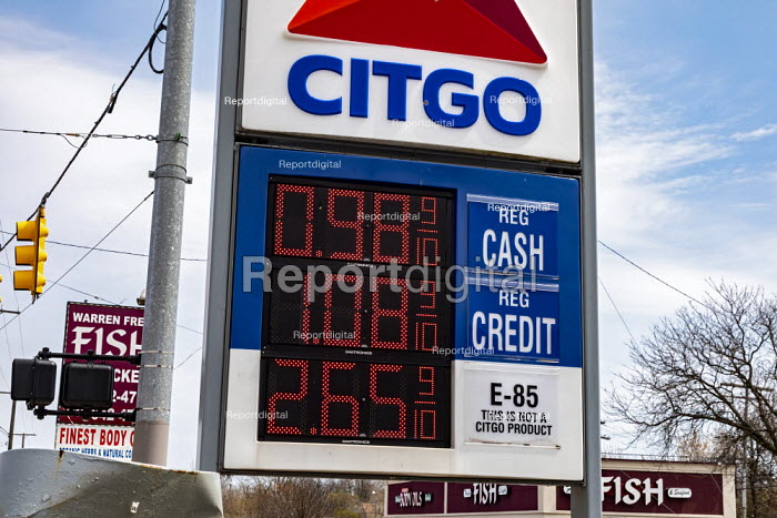 Detroit, Michigan, USA. Coronavirus pandemic. With petrol prices falling to under $1.00 a gallon, E85 cannot compete at this Citgo gas station. Usually cheaper than gasoline, E85 is a blend of gasoline and up to 85% corn-based ethanol. In the United States, about 40% of the corn crop is used to make ethanol. - Jim West - 2020-04-25