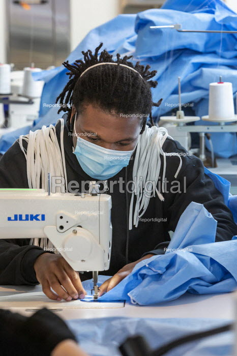 Detroit, Michigan, USA. Workers making protective gowns for health workers, Industrial Sewing and Innovation Center (ISAIC) a newly opened sewn goods manufacturing and training nonprofit. It was set to produce clothing but shifted to isolation gowns due to the coronavirus pandemic. - Jim West - 2020-04-27
