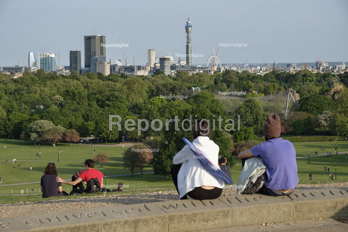 Coronavirus Pandemic. Primrose Hill, London, where lockdown rules regarding social distancing, sunbathing and picnicing are not consistently observed. - Philip Wolmuth - 2020-05-07