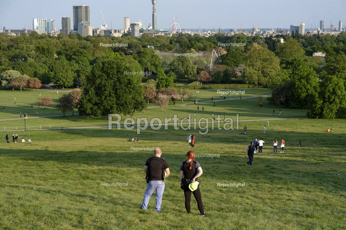 Coronavirus Pandemic. Police officers patrolling Primrose Hill, London, where lockdown rules regarding social distancing, sunbathing and picnicing are not consistently observed. - Philip Wolmuth - 2020-05-07