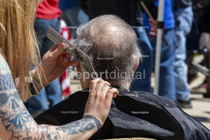 Lansing, Michigan US Coronavirus Pandemic. Barbers giving free haircuts on the lawn of the Michigan State Capitol in protest against emergency orders which keep many businesses closed. The protest, called Operation Haircut, was organized by the Michigan Conservative Coalition. - Jim West - 2020-05-20