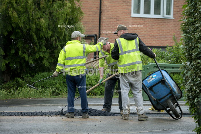 Workers tarmacing after installing a new gas main, Stratford-upon Avon - John Harris - 2020-06-19