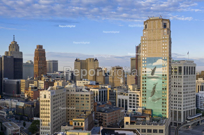 Detroit, Michigan USA. Buildings in downtown Detroit. Mural created in 1997 by artist Robert Wyland to draw attention to the endangered humpback whale, Broderick Tower, a residential tower block. - Jim West - 2020-06-25