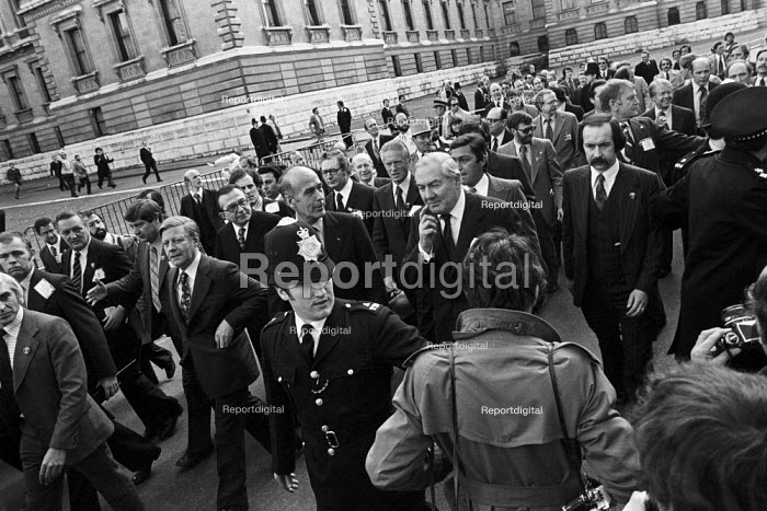 Chaos at the G7 economic summit London 1977 as the world leaders set off on an unsheduled walk about in St James Park. Helmut Schmidt, Giscard d'Estaing; Jim Callaghan and at the back Jimmy Carter. - Peter Arkell - 1977-05-07