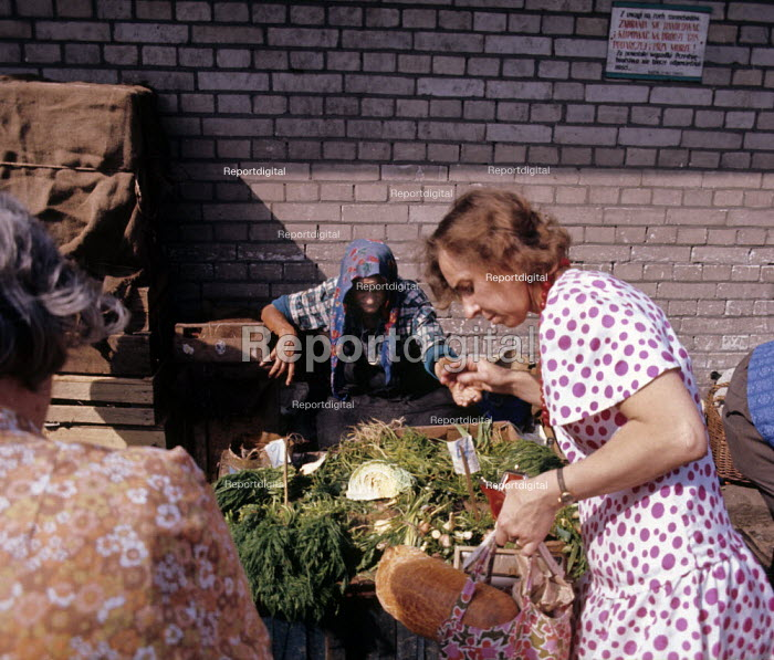 Peasants selling fresh produce on the street in Warsaw in Communist led Poland 1973 - John Sturrock - 1973-07-11