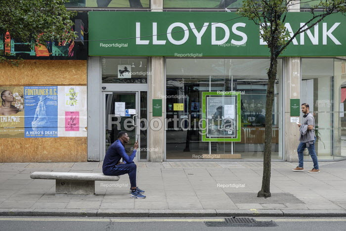 Boarded up shop and closed branch of Lloyds Bank. Shoppers, Oxford Street, London. Easing of Covid-19 lockdown restrictions. - Philip Wolmuth - 2020-08-18