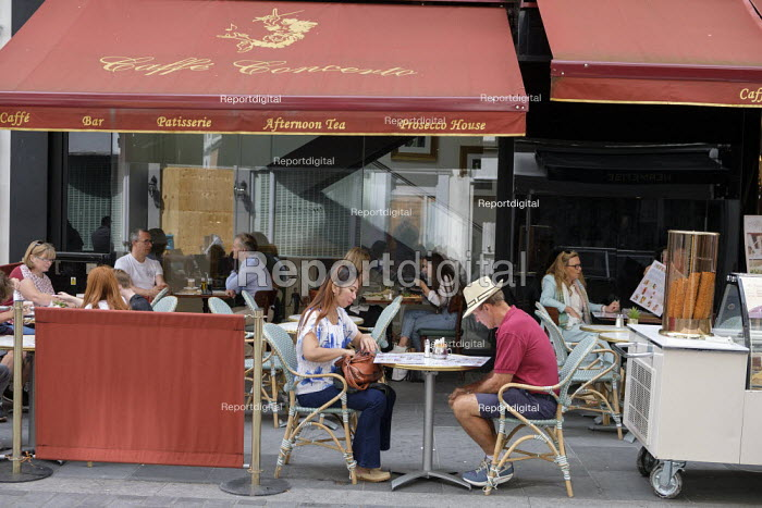 Outdoor pavement cafe bar, South Molton Street, London, close to Oxford Street shops. Easing of Covid-19 lockdown restrictions. - Philip Wolmuth - 2020-08-18