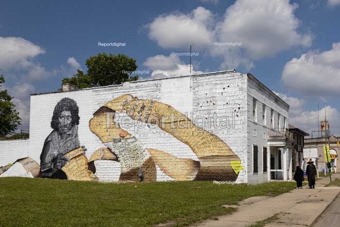 """Michigan, USA. Mural entitled """"Way Too Many"""" by Sydney James depicting Malice Green who was beaten to death by two Detroit policemen in 1992. The scroll lists the names of many other victims of police brutality including George Floyd - Jim West - 2020-08-09"""