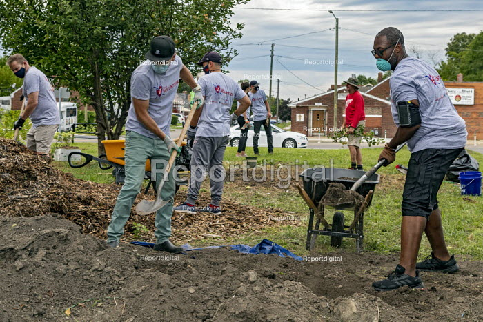 Detroit, USA Volunteers working in Grassroots Garden, a Morningside community garden in a low income area of Detroit. Vacant Lots into Gardens. MorningSide is a volunteer organization of residents - Jim West - 2020-09-05
