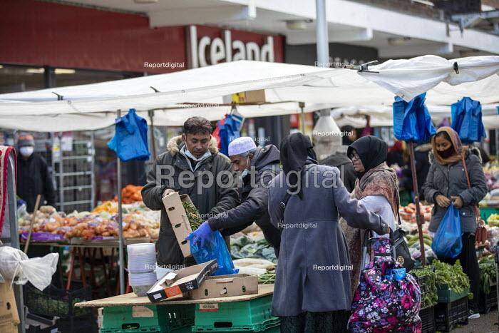 Shoppers, Watney Market, Stepney, East London. - Jess Hurd - 2020-10-15
