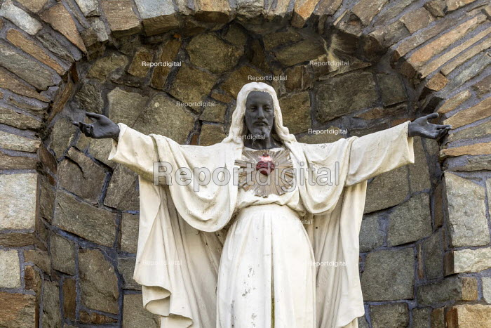 Detroit, USA Statue of a black Jesus, Sacred Heart Major Seminary. Made of white stone in 1957, the statue's face, hands, and feet were painted black by unknown persons during Detroit's 1967 uprising. Seminary officials have decided to keep it permanently black. - Jim West - 2020-10-06