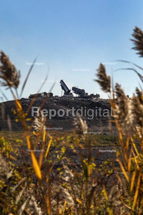 Detroit, USA. Lorries dumping rubbish at a landfill site, Republic Services Carleton Farms Landfill, New Boston - Jim West - 2020-10-13
