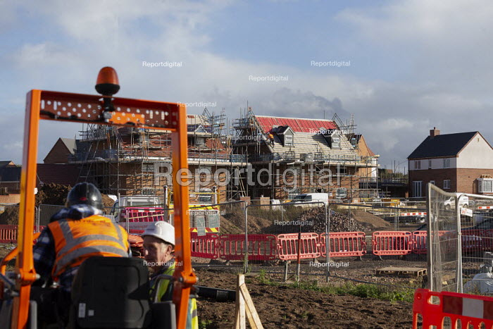 Construction of new luxury homes on the edge of town, Stratford upon Avon, Warwickshire - John Harris - 2020-11-02