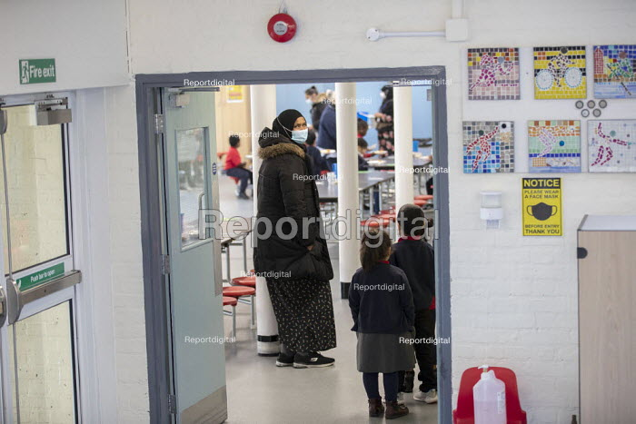 Dinner staff wearing face masks. Lansbury Lawrence Primary School during Covid pandemic lockdown, Poplar, East London. - Jess Hurd - 2020-11-27