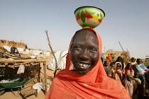 Woman carrying a plate in the traditional way, IDP camp of Gereida, Darfur region, Sudan, May 2006. - Boris Heger - 06-05-2006