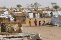 Going to collect water, IDP camp of Gereida, Darfur region, Sudan, May 2006. - Boris Heger - 06-05-2006
