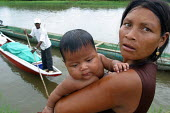 Woman and child where pirogues can be caught to go upriver to the Colombian border, El Real, Darien region, Panama, August 2004 . This region is very remote. - Boris Heger - 25-08-2006