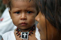 Embera child and mother, Embera indigenous village of Matugandi, Darien region, Panama, August 2004. This region is very remote. - Boris Heger - 25-08-2006