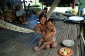 Embera children in their traditional wooden house, Embera indigenous village of Matugandi, Darien region, Panama, August 2004. This region is very remote. - Boris Heger - 25-08-2006