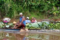 People transport goods by pirogue, near the Embera village of Boca de Pay, Darien region, Panama, August 2004. This region is very remote. - Boris Heger - 25-08-2006