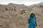 Beneficiaries come back from a food distribution, near Abata, at the foot of the Djebel Mara mountain range, Darfur region, Sudan, May 2006. - Boris Heger - 15-05-2006
