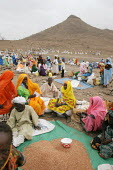 General view of a food distribution, near Abata, at the foot of the Djebel Mara mountain range, Darfur region, Sudan, May 2006. - Boris Heger - 15-05-2006