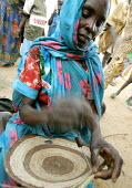 A woman refugee from Darfur makes a traditional basket in the Gaga refugee camp, Eastern Chad, near the border with the Darfur region of Sudan. October 2005. - Boris Heger - 30-09-2005