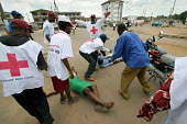 Members of the Nigerian Red Cross train themselves in first aid in Ibague, Nigeria 2006. - Boris Heger - 06-03-2006